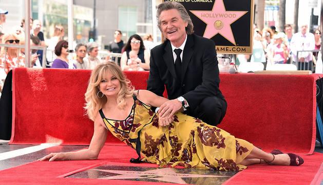 La actriz estadounidense Goldie Hawn y su compañero, el también actor Kurt Russell, posan en el Paseo de la Fama en Hollywood, California.