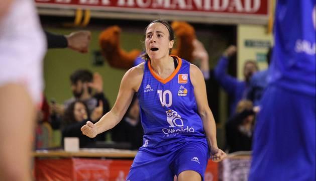 María Asurmendi, con la camiseta del Perfumerías Avenida.