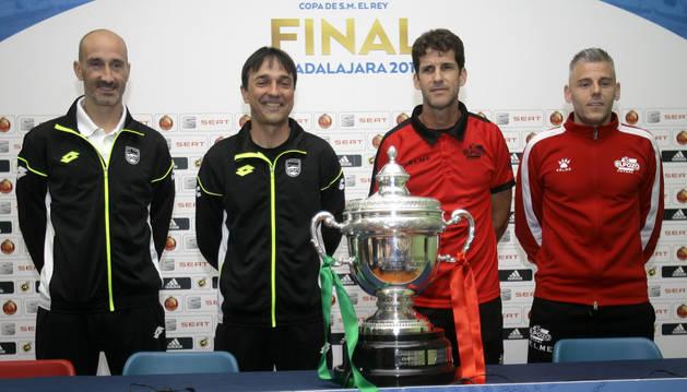 Javi Eseverri, Imanol Arregui, Duda y Miguelín posan detrás del trofeo.