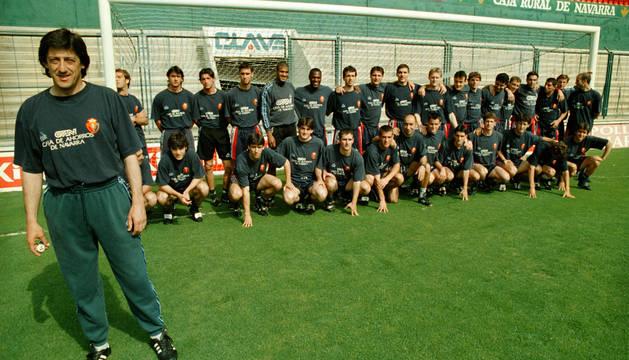 Enrique Martín, delante de los jugadores de Osasuna.