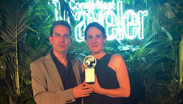 Los propietarios de Arantza Hotela posan con el galardón.