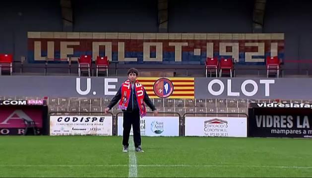 Pere Ribes en el terreno de juego del Olot.