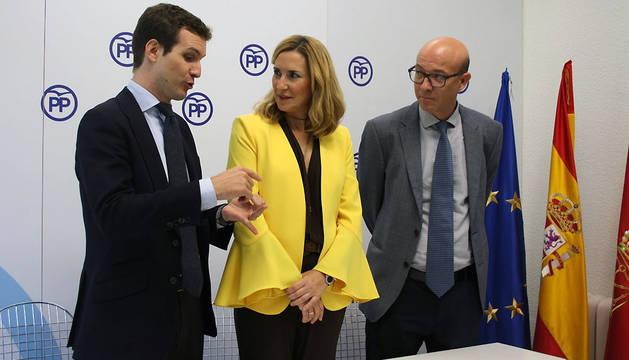 Pablo Casado, Ana Beltrán y José Cruz Pérez Lapazarán, este viernes en Pamplona.