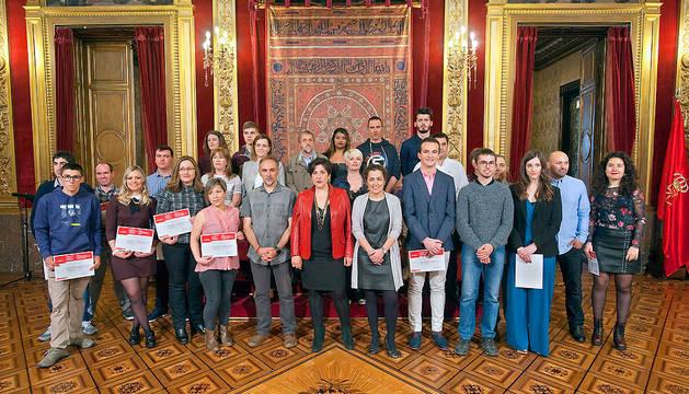 Los responsables del departamento de Educación posan con los estudiantes premiados.
