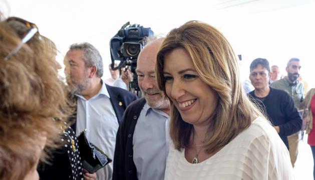 La aspirante a la Secretaría General del PSOE Susana Díaz (d) durante una reunión con militantes celebrada en Ibiza.