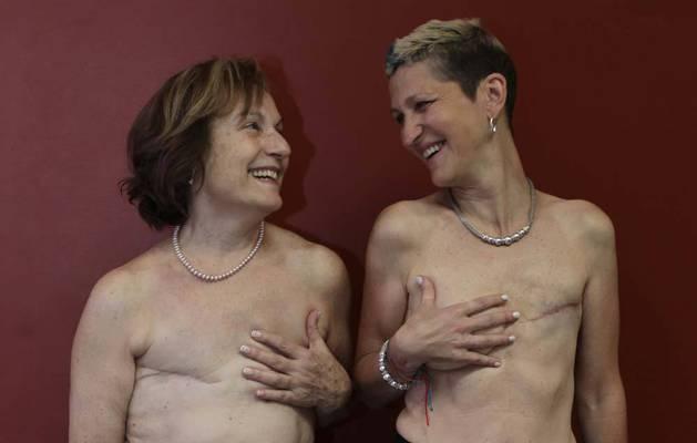 María Cemboráin, la más veterana de las siete modelos que desfilaron en el Planetario sonríe a la recién llegada, Izaskun Echechipía. María se recupera de su reciente segundo cáncer. Izaskun fue sometida a una mastectomía el año pasado.