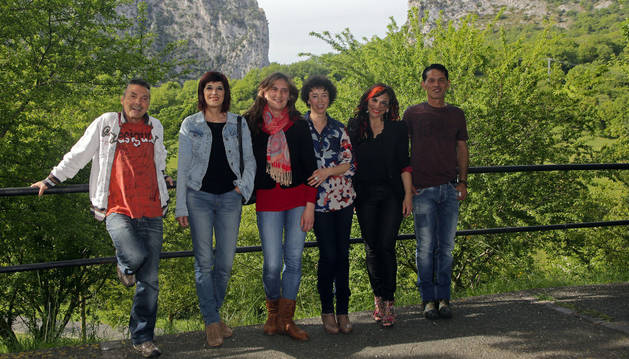 De izquierda a derecha: Miguel Ángel Arregui, María Jesús Arregui, Nuria Rojo, Idoia Echeverría, Isabel Arregui y Juampe Arregui. Hermanos y esposas de Tatono e Imanol Arregui, presidente y entrenador de Magna Gurpea Xota.