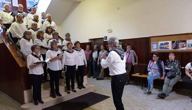 Instante de la actuación ofrecida por el coro Gaztelu en las escaleras del vestíbulo de La Laboral.