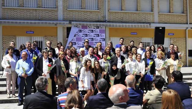 Imagen de profesorado y antiguos alumnos del IES Marqués de Villena posando en el patio del centro también conocido como la Plaza de la Solidaridad.