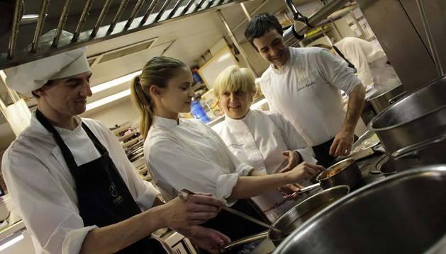 De izda. a dcha., dos estudiantes de prácticas de formación profesional, David Pascual Cortés y Itxaso Ciriza Sanz aprenden el oficio con Pilar Idoate y Arkaitz Muguruza en la cocina del Restaurante Europa de Pamplona.