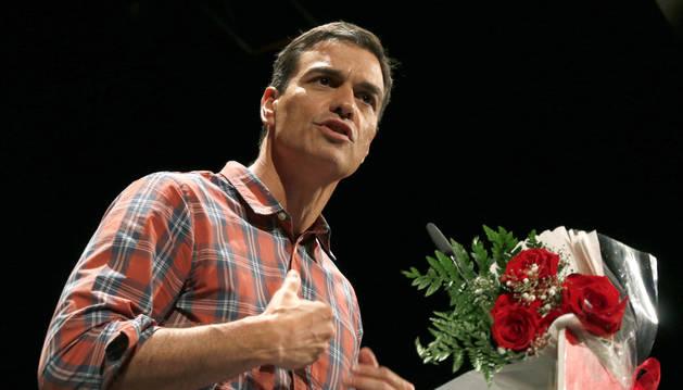 Pedro Sánchez, durante su intervención en un acto con militantes en el Teatro Cervantes de Almería.