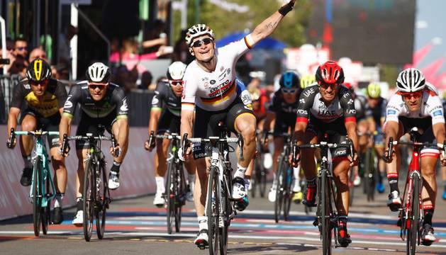 Andre Greipel levanta el brazo victorioso tras hacerse con la segunda etapa del Giro