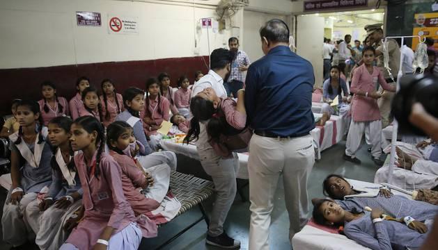 Algunas niñas, atendidas en uno de los tres hospitales indio