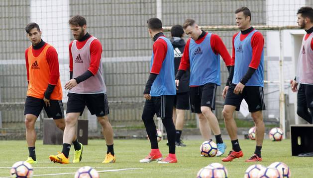 Oriol Riera, que podría jugar en Valencia, junto a sus compañeros durante un entrenamiento