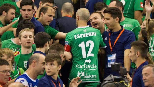 Javi Eseverri se abre paso entre los seguidores del Magna para ir a recoger el trofeo de subcampeón al palco. A sus 39 años sigue siendo un referente para todos.