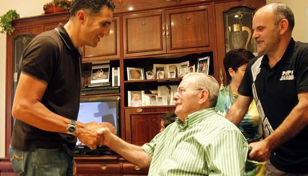 Miguel Induráin saluda a Jesús Galdeano, en la casa familiar del campeón de Igúzkiza en Estella.