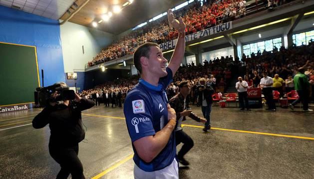 Abel Barriola tuvo que salir a saludar a los aficionados una vez terminado el partido para agradecerles de corazón todo el cariño mostrado.