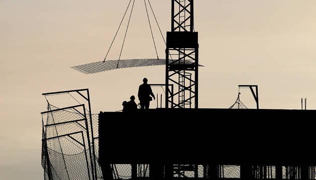 Las prácticas fraudulentas en el sector de la obra pública son cada vez más habituales entre las empresas subcontratadas por las grandes compañías del sector según denuncian los sindicatos.