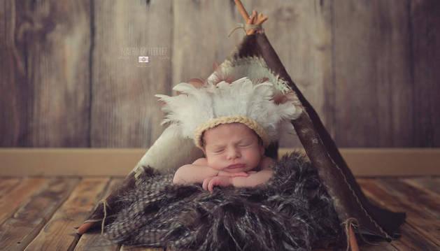 Un bebé en un tipi indio.