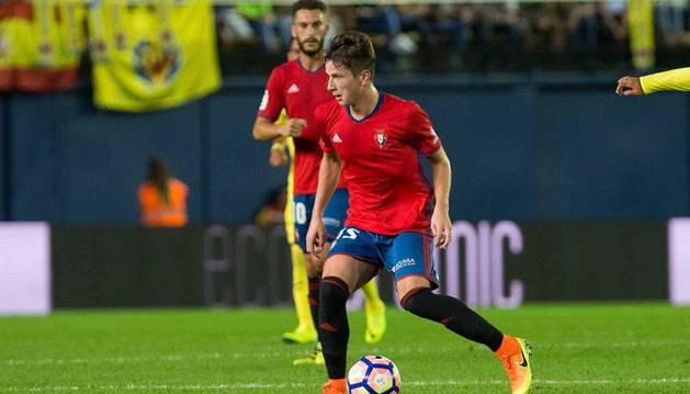 Olavide conduce el balón en presencia de Roberto Torres durante un partido anterior