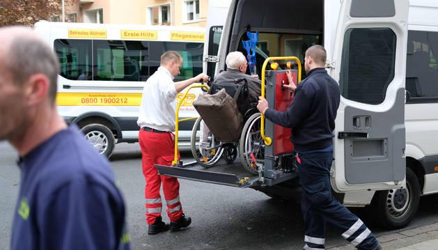 Momento de la evacuación de un hombre en silla de ruedas en Hannover.