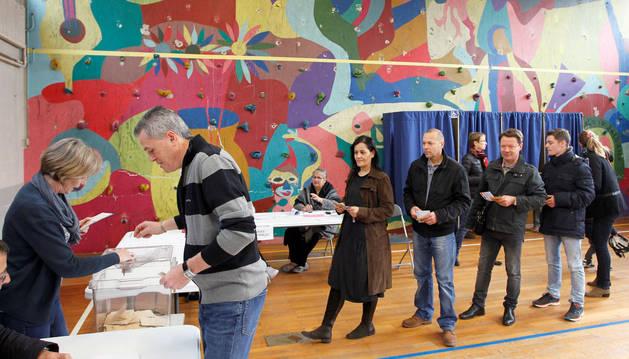 La participación en Francia alcanza el 28,23% a mediodía, casi igual que en la primera vuelta