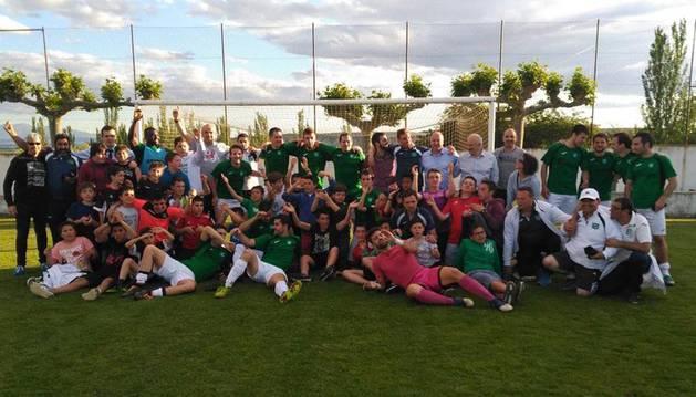 Jugadores, cuerpo técnico y aficionados del Beti Kozkor celebran el ascenso ayer en Villafranca.