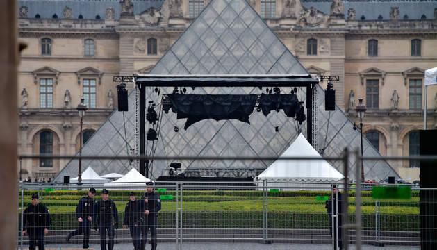 Evacuada por motivos de seguridad la sala de prensa de Macron en el Louvre