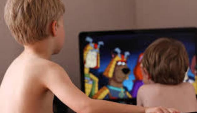 Dos niños miran la televisión