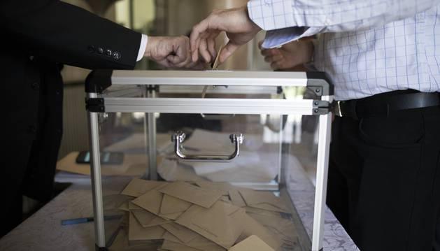 Un ciudadano inserta su voto en una urna en la segunda vuelta de las elecciones de Francia.