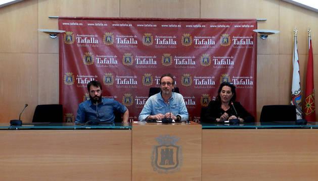 Desde la izda., el concejal Iñaki Lerga; el alcalde, Arturo Goldaracena (ambos de EH Bildu); y la concejala Soco Ojer (I-E).