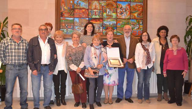 Representantes municipales, de los vecinos y autores de la publicación posan durante su presentación el pasado jueves.
