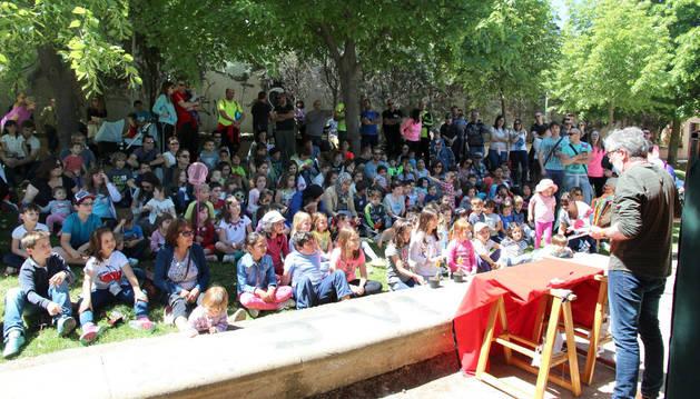 Decenas de pequeños, algunos acompañados de sus padres, durante el espectáculo infantil 'Cuentos del bosque' celebrado en el paseo del Prado.