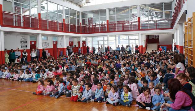 Los alumnos del colegio Dos de mayo de Castejón, en el acto central de la Semana de Acción Mundial por la Educación.