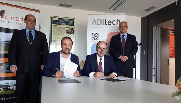 Eusebio Gainza y Manu Ayerdi firman el convenio en presencia de Claudio Fernández, gerente de L'Urederra y Juan Ramón de la Torre, director general de Aditech.