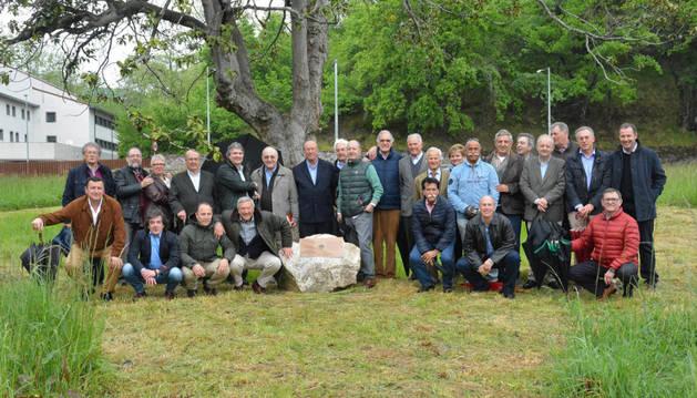 Imagen de miembros de la Asociación de Excolegiales de Lekaroz, ante el magnolio del desaparecido centro escolar.