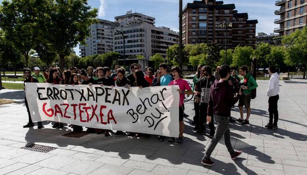 Imagen del grupo de jóvenes que se concentró frente al Palacio de Justicia durante la vista civil.