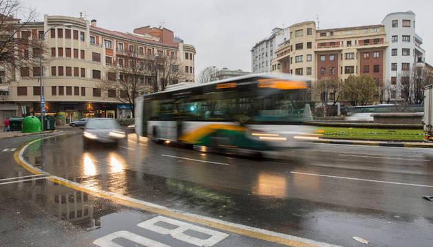 Imagen de una villavesa circulando por Pamplona.