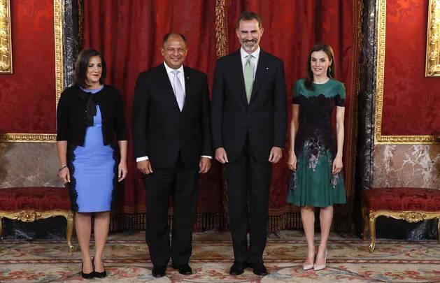 Imágenes del almuerzo que el rey Felipe VI y la reina Letizia han ofrecido en su honor en el Palacio Real.