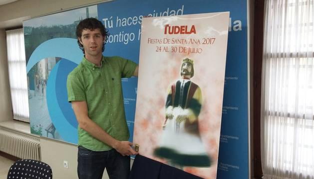 David Mejías Ríos, posa con el cartel ganador de Santa Ana 2017.