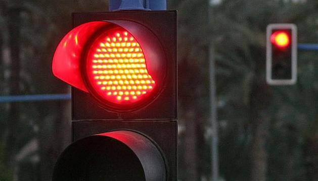 Imagen de un semáforo en rojo.