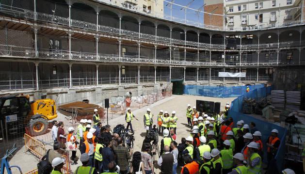 Decenas de medios durante la visita guiada a la primera fase de las obras de rehabilitación del Frontón Beti-Jai