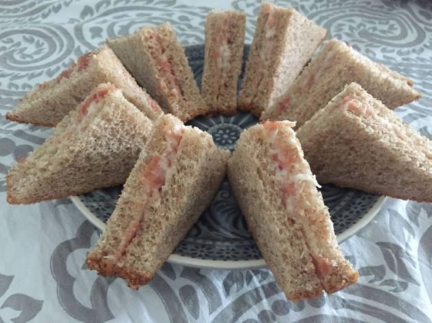 Sandwiches de jamón serrano con alioli.