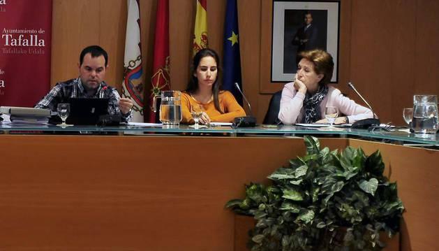 Desde la izda., tres de los cuatro concejales regionalistas, Pablo Larrasoaña, Raquel Irigalba y Loren Albéniz.