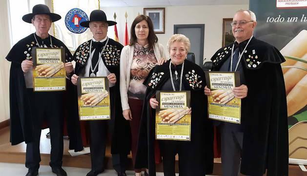 José Luis Medrano Alcántara, Enrique Sánchez Sacristán, María José Verano, Angelita Alfaro (madrina del Esparrágo de Navarra) y Miguel Soria Sainz en la presentación.