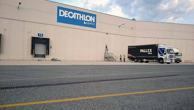 Un par de camiones en las labores de carga y descarga ayer en el centro logístico de Decathlon en la Ciudad del Transporte.