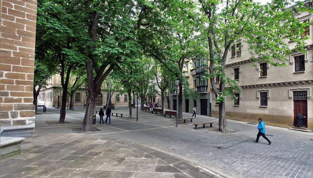 Imgen de la plaza de San José, con la Catedral a la izquierda y el Instituto de Administración Pública al fondo.