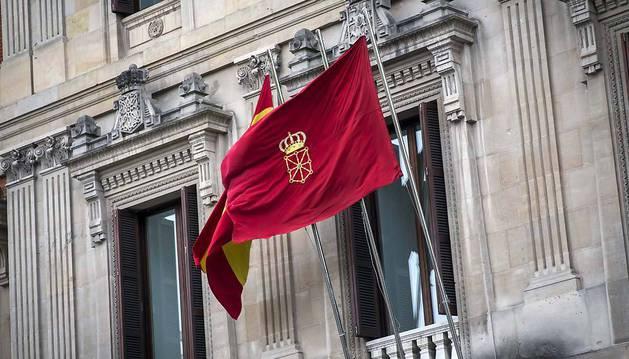 La bandera de Navarra, en el mástil del Parlamento foral.