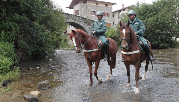 Agentes de la Guardia Civil, a caballo como apoyo a los peregrinos del Camino de Santiago.