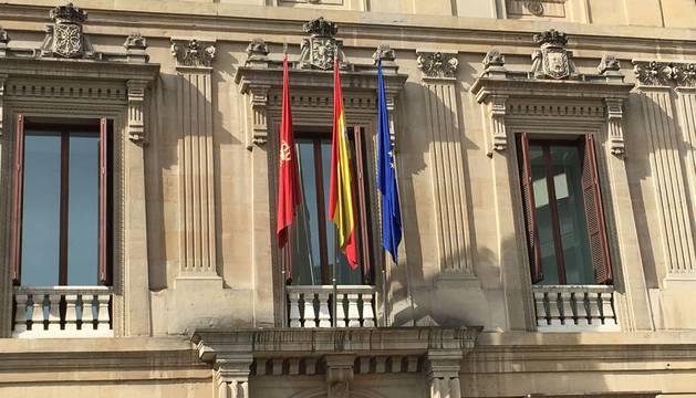 El Parlamento de Navarra vuelve a colocar la bandera de la Unión Europea
